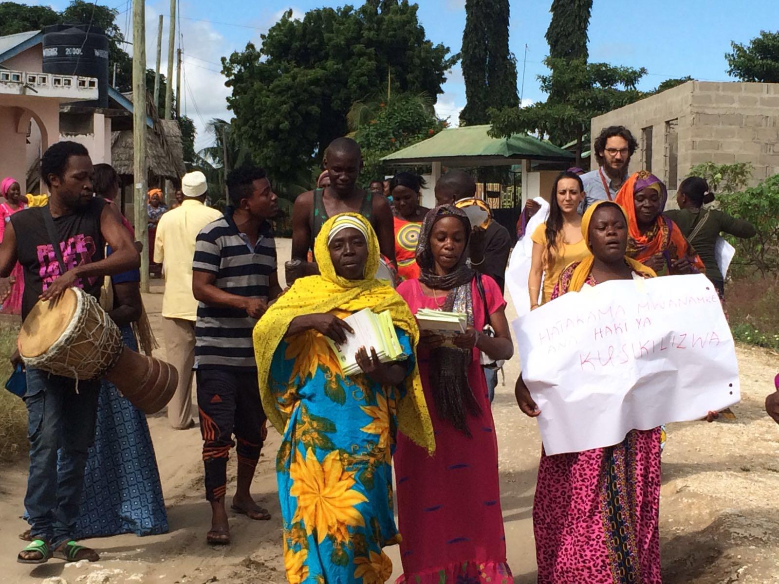 I volontari CVM in Tanzania, a destra, dietro, durante una delle iniziative organizzate a Bagamoyo.